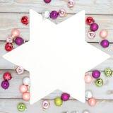 Estrella blanca entre las bolas de la Navidad Imagen de archivo