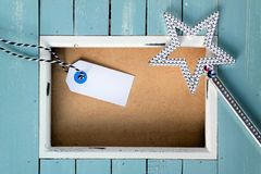 Estrella brillante de la Navidad con el marco azul, el espacio del texto y el fondo de madera Foto de archivo libre de regalías