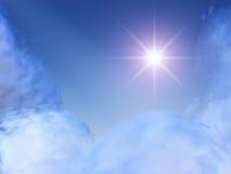 Estrella brillante en nubes celestes Fotos de archivo