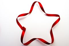 estrella Cinco-acentuada hecha de cinta de satén roja foto de archivo