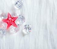 Estrella cristalina roja de la Navidad en los cubos y la piel de hielo Imagen de archivo libre de regalías