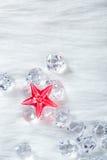 Estrella cristalina roja de la Navidad en los cubos y la piel de hielo Foto de archivo