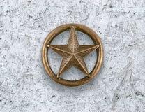 Estrella de bronce en fondo del cemento Imagen de archivo libre de regalías