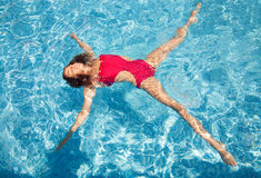 Estrella de la mujer del agua de la piscina del verano Fotografía de archivo