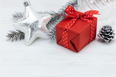 Estrella de la Navidad con las decoraciones rojas de la caja y del árbol de navidad de regalo Fotografía de archivo