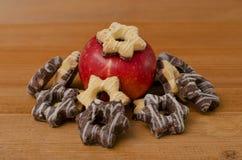 Estrella de la Navidad de las galletas y una manzana roja grande Foto de archivo