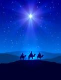 Estrella de la Navidad en el cielo azul y tres hombres sabios