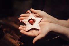 Estrella de la Navidad en sus manos Foto de archivo