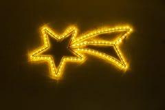 Estrella de la Navidad hecha de luces ámbar fotos de archivo