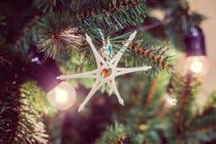 Estrella de madera como decoración del mas del ` de x Guirnalda bajo la forma de lámparas retras Imagen de archivo