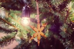 Estrella de madera como decoración del mas del ` de x Guirnalda bajo la forma de lámparas retras Fotografía de archivo