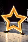 Estrella de madera hecha en casa con eventos llevados de la iluminación y de la decoración Foto de archivo