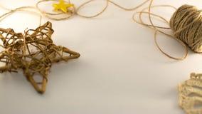 Estrella de mimbre de bronce, cuerdas de la arpillera en el fondo blanco Imágenes de archivo libres de regalías
