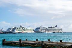 Estrella de NCL, joya noruega de Royal Caribbean y barcos de cruceros de la serenata de Royal Caribbean atracados en Philipsburg  foto de archivo libre de regalías