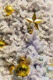 Estrella de oro hermosa y bolas de oro en la decoración blanca al aire libre del árbol de navidad Para el alero de la Navidad y l Fotografía de archivo