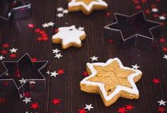 Estrella del Año Nuevo de la Navidad de las galletas del pan de jengibre con la forma para cortar las galletas Imagenes de archivo
