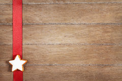 Estrella del canela en una cinta roja Imágenes de archivo libres de regalías