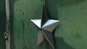 Estrella del metal del pueblo fantasma de Chernóbil Ucrania Pripyat sobre el detalle de la puerta almacen de video