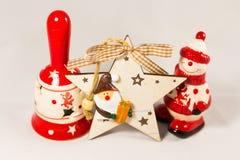 Estrella del muñeco de nieve, de Papá Noel, campana y caja de madera, concepto de Feliz Navidad y Feliz Año Nuevo Foto de archivo libre de regalías