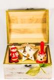Estrella del muñeco de nieve, de Papá Noel, campana y caja de madera, concepto de Feliz Navidad y Feliz Año Nuevo Fotos de archivo libres de regalías