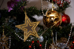 Estrella del oro con las bolas de oro y rojas en árbol de los xmass Foto de archivo