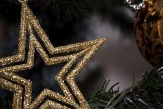 estrella del oro en árbol de los xmass Fotos de archivo