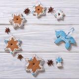 Estrella del pan de jengibre de la Navidad y caballo azul Foto de archivo libre de regalías