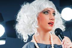 Estrella del pop que canta la canción Foto de archivo