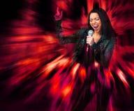 Estrella del rock. Mujer atractiva que canta. Fotos de archivo libres de regalías