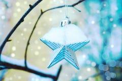 Estrella en la nieve, fondo festivo del juguete de la Navidad foto de archivo