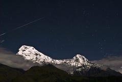 Estrella fugaz sobre la montaña de la nieve Imágenes de archivo libres de regalías