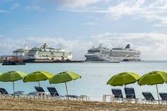Estrella noruega de NCL, joya de Royal Caribbean, barcos de cruceros de la serenata de Royal Caribbean atracados en Philipsburg S fotografía de archivo libre de regalías