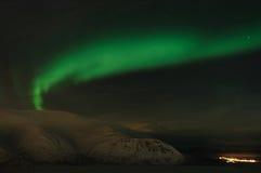 Estrella polar de la aurora sobre las montañas Imagen de archivo libre de regalías