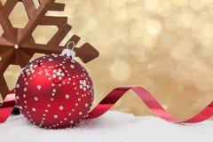 Estrella rústica y ornamento rojo de la Navidad en el oro Imagenes de archivo