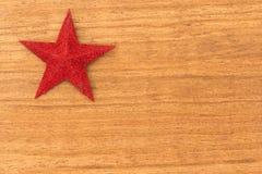 Estrella roja brillante de la Navidad en un fondo de madera Fotografía de archivo
