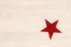 Estrella roja brillante de la Navidad en un fondo de madera Imagenes de archivo