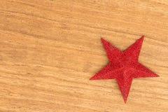 Estrella roja brillante de la Navidad en un fondo de madera Imágenes de archivo libres de regalías