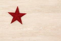 Estrella roja brillante de la Navidad en un fondo de madera Fotografía de archivo libre de regalías