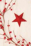 Estrella roja de la Navidad adornada con las bayas rojas Imagen de archivo