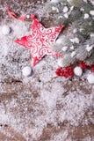 Estrella roja de la Navidad, bayas rojas y árbol de la piel de las ramas en de madera Fotografía de archivo libre de regalías