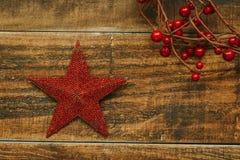 Estrella roja de la Navidad con la rama de bayas Imagenes de archivo