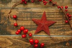 Estrella roja de la Navidad con la rama de bayas Imágenes de archivo libres de regalías