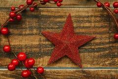 Estrella roja de la Navidad con la rama de bayas Imagen de archivo