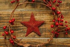 Estrella roja de la Navidad con la rama de bayas Fotos de archivo