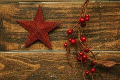 Estrella roja de la Navidad con la rama de bayas Foto de archivo libre de regalías