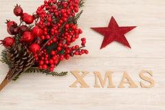 Estrella roja de la Navidad con Navidad de la palabra Imágenes de archivo libres de regalías