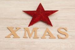 Estrella roja de la Navidad con Navidad de la palabra Foto de archivo libre de regalías