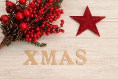 Estrella roja de la Navidad con Navidad de la palabra Foto de archivo