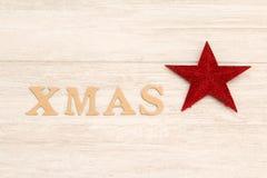 Estrella roja de la Navidad con Navidad de la palabra Fotos de archivo
