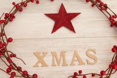Estrella roja de la Navidad con Navidad de la palabra Imagen de archivo